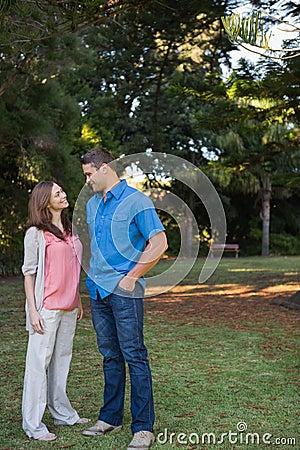 Glückliches Paar, das einander im Schatten betrachtet