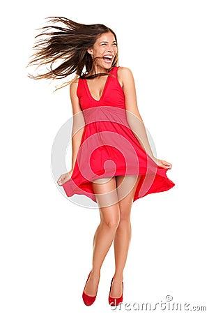 Glückliches Schreien der schönen Frau im roten Kleid
