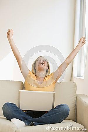 Glädjande bärbar datorkvinna