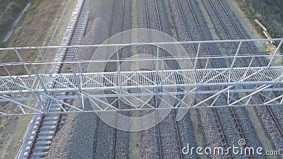 Gleis Die Schienen und die Lagerschwellen der Eisenbahn werden von oben gesehen stock video