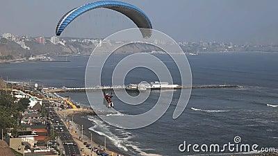Gleitschirmfliegen an den miraflores in Lima, Peru stock video