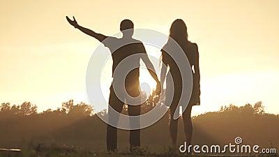 Gli amanti si rallegrano la pioggia al tramonto archivi video
