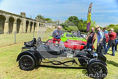 Gli esperti e le vecchie automobili sul palazzo di Crytal corrono 2013 Fotografia Editoriale