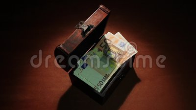 Gli ultimi soldi scompaiono Fallimento inflazione Crisi finanziaria 50 euro banconote video d archivio