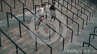Gli uomini funzionano giù le scale stock footage