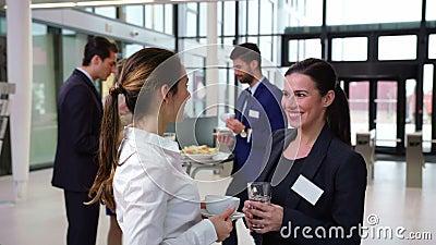 Glimlachend zakenlui die met elkaar tijdens onderbreking interactie aangaan stock footage