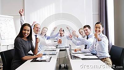 Glimlachende bedrijfsmensen die in bureau samenkomen