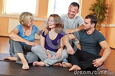 Glimlachende groep die in geschiktheid spreekt