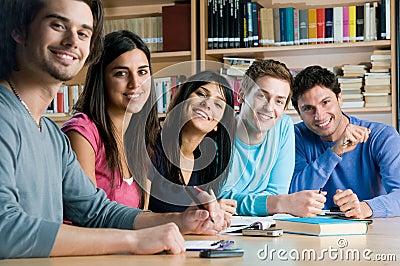 Glimlachende groep studenten in een bibliotheek