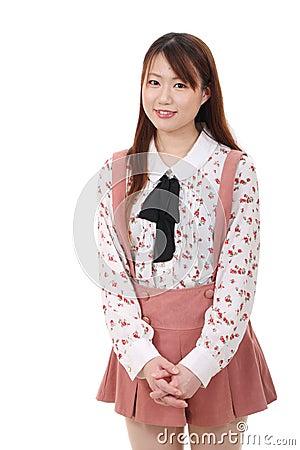 Glimlachende jonge Aziatische vrouw