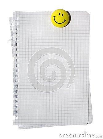 Glimlachende magneet en stapel van notadocument.