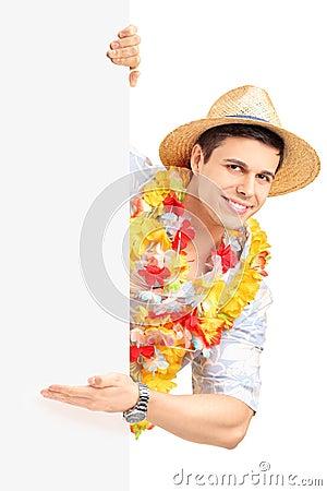 Glimlachende mens in het traditionele kostuum gesturing met zijn hand op a