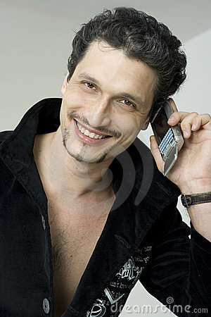 Glimlachende mens met mobiele telefoon