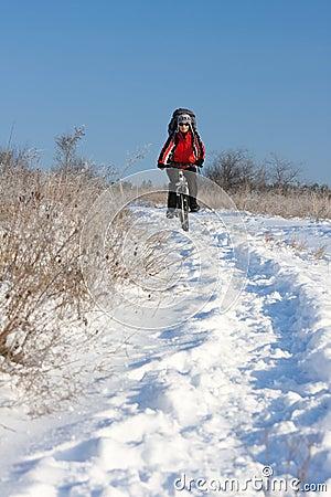 Glimlachende sneeuwfietser