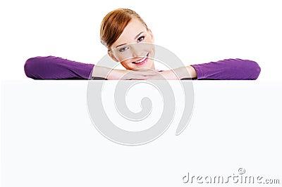 Glimlachende vrouw boven de lege banner