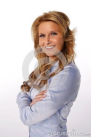 Glimlachende vrouw met gekruiste wapens
