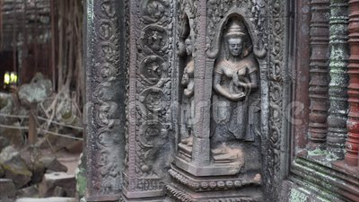 Glissement de la vue de la belle divinité découpant sur le mur de temple de Prohm de ventres banque de vidéos