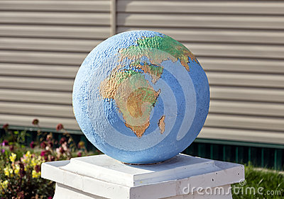 globe sculpture ext rieure hlevnoe russie photo stock. Black Bedroom Furniture Sets. Home Design Ideas