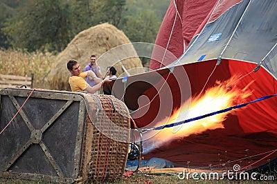 Globo del aire caliente que infla en el amanecer Foto editorial