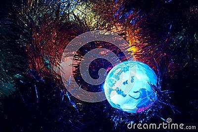 Globo Europa de la tierra con el azul del fondo de la Navidad