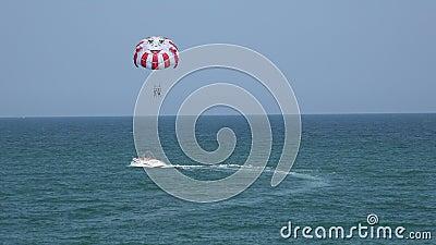 Globo, paracaídas sobre el mar 4K almacen de video