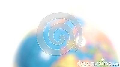 Globo plástico colorido Defocus no hemisfério Norte/Europa Borrado ao sharp vídeos de arquivo