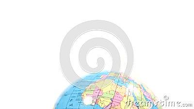 Globo plástico colorido Inclinação de África ao fundo branco Tiro médio video estoque