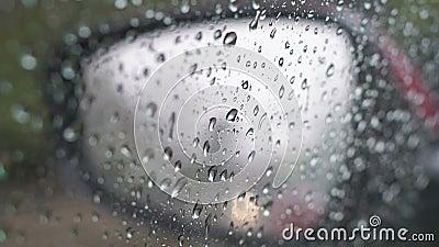 Gocce di pioggia sullo specchietto retrovisore e sulla finestra laterale video d archivio