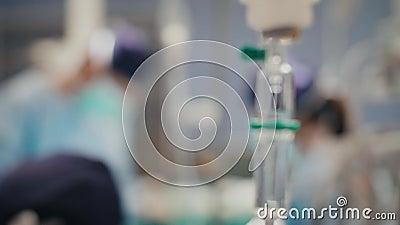 Gocciolamento endovenoso e chirurghi occupati nei precedenti archivi video