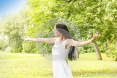 Godimento della giovane donna di felicità nella natura