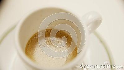 Goede ristreto-koffie in een geweldig Italiaans restaurant - Video stock video