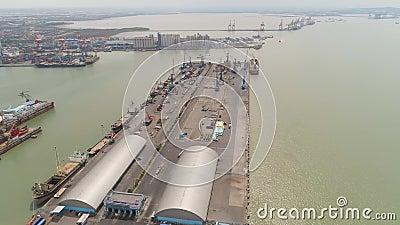 Goederenvervoer en passagiershaven in surabaya, java, indonesië stock video