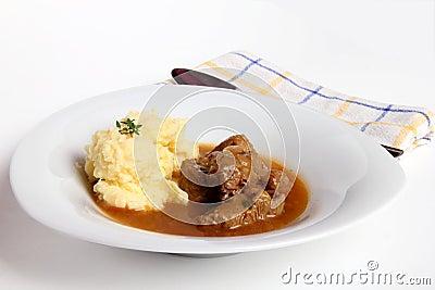 Goelasj en fijngestampte aardappels