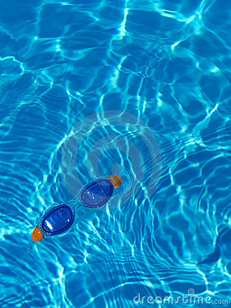 Goggles floating in a swimmingpool