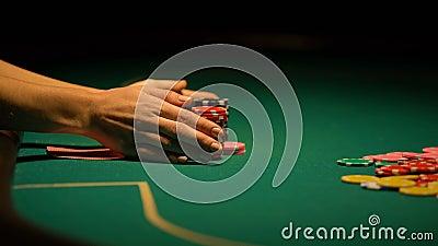 Gokkers stijgende weddenschap ondanks het verliezen van combinatie in pook, het bluffing, pech stock videobeelden