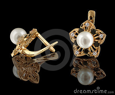 Gold earrings with diamonds and pearl