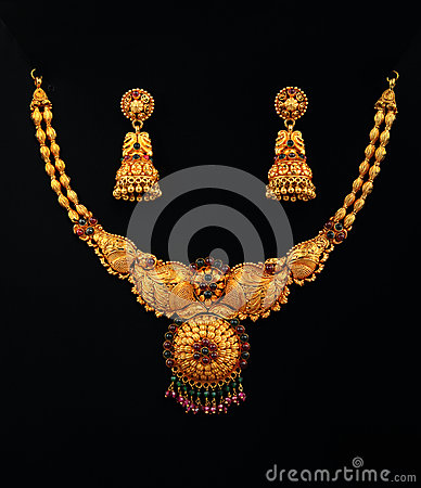 Free Gold Necklace With Earrings Royalty Free Stock Photography - 46795367