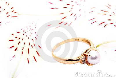 Gold ring with a pearl.