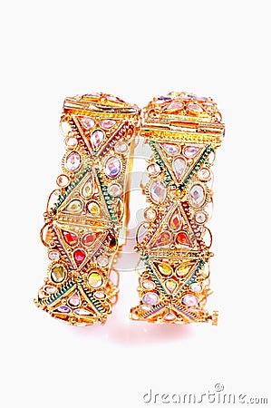 اساور  من  الذهب  و  الماس  لاحلى  عروس  -  اساور  ذهبية  تخبل  للعرايس golden-bracelets-thu