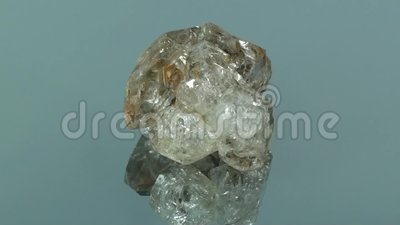 Golden Rutile Quarz Cluster nahtlos auf Glas rotieren stock video footage