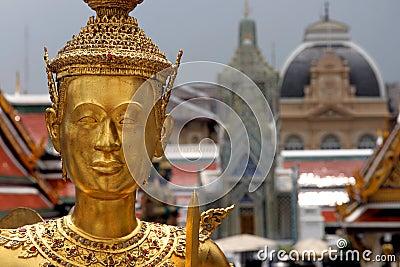 Goldene Schutzstatue