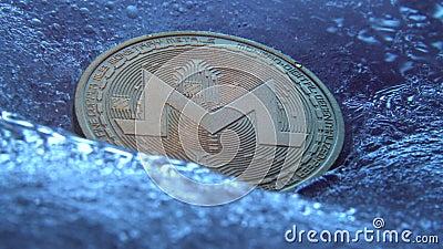 Goldene Monero-Münze, digitale Online-Währung, eingefroren in blauem Eis Konzept der Blockkette, Crypto-Marktcrash Tiefgefrorene  stock footage
