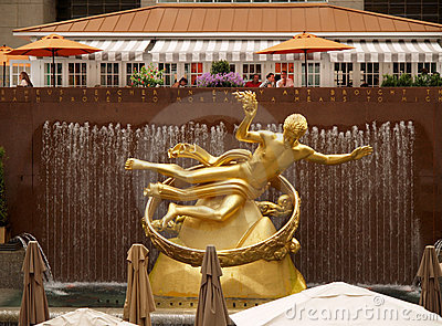 Goldene PROMETHEUS-Statue Redaktionelles Foto