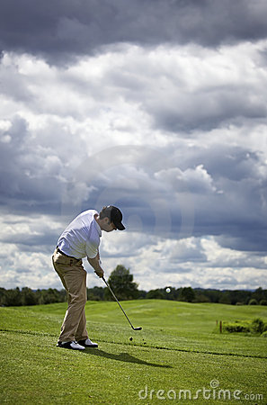 Golf player pitching