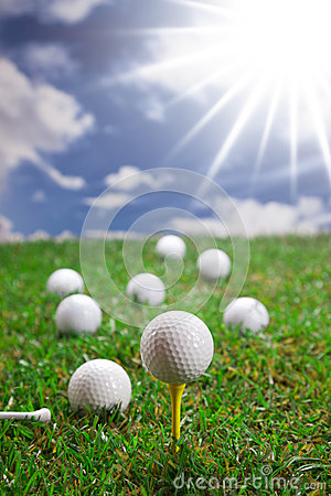 Golfbälle auf Gras