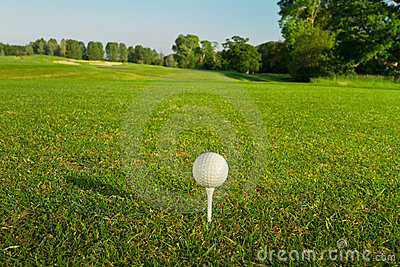 Golfball auf dem T-Stück.