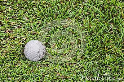 Golfball auf Fahrrinne