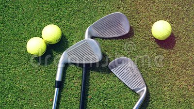 Golfballen en clubs op een gras op een golfbaan stock footage