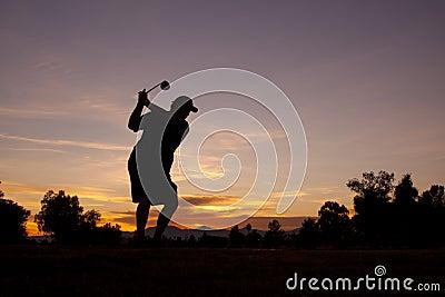 Golfeur au coucher du soleil