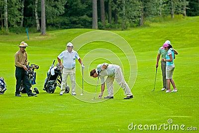 Golfeurs de groupe sur le feeld de golf Image éditorial